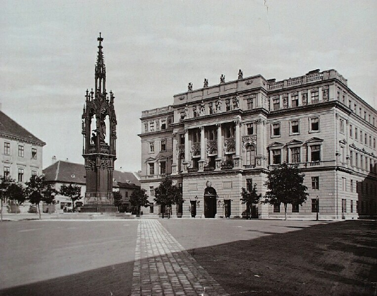 The building of the Ministry of Defence with the Hentzi statue, around 1895